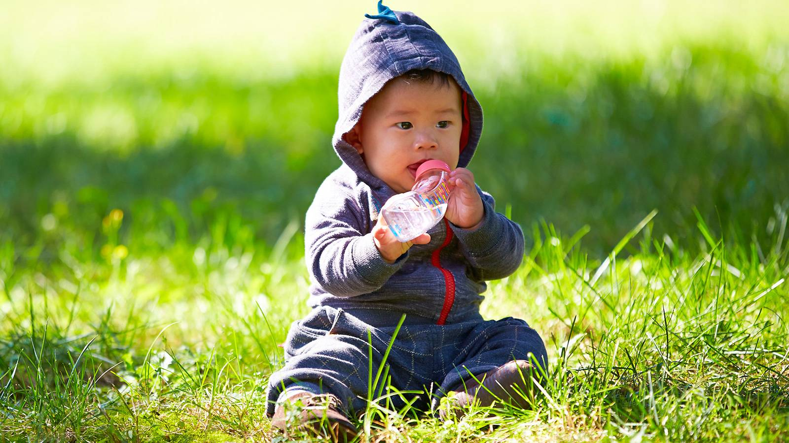 Babies-Keep-your-baby-safe-outdoors-—-make-him-drink-MAIN