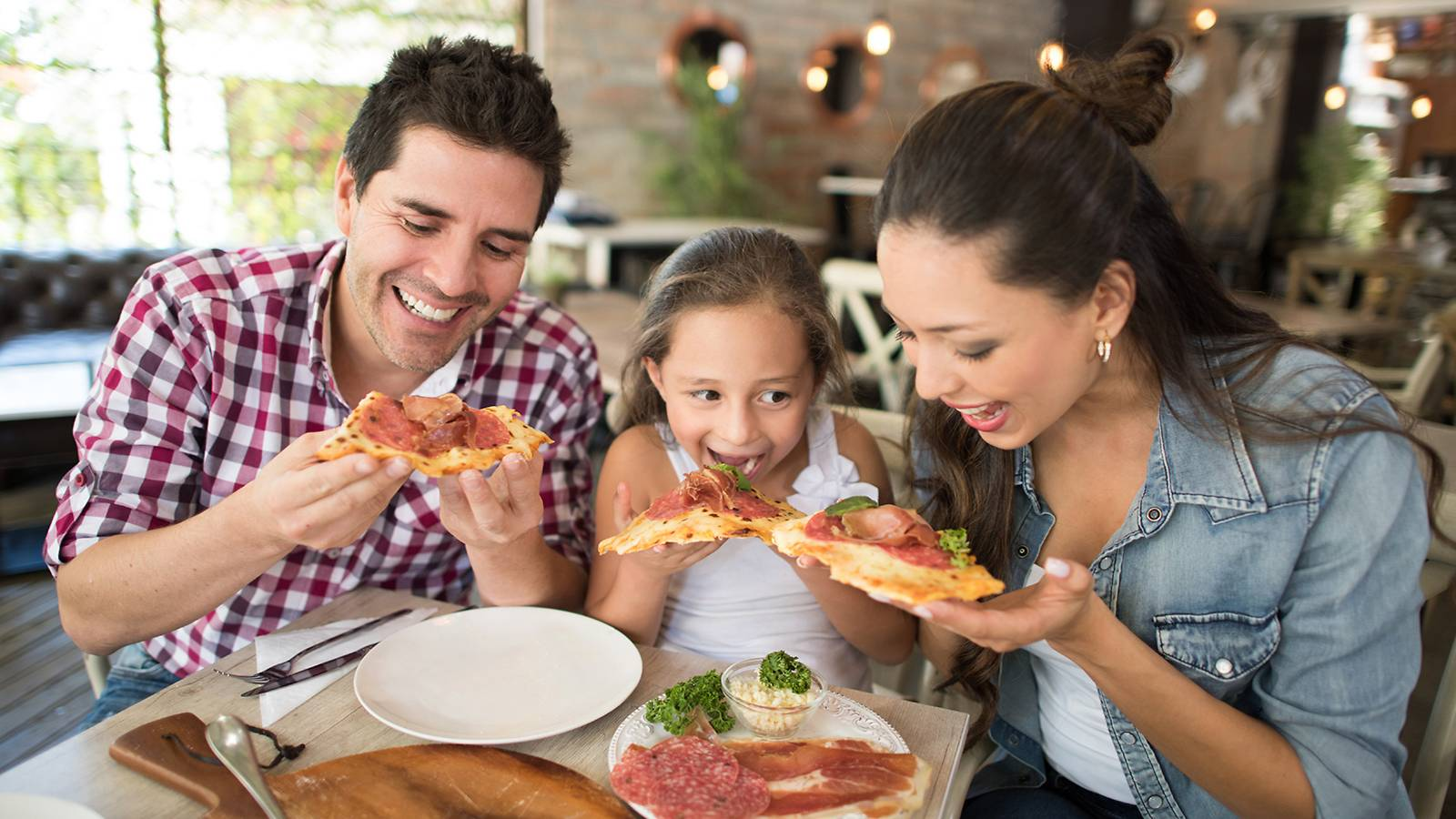 Kids-Restaurants-that-let-kids-eat-free-MAIN (1)
