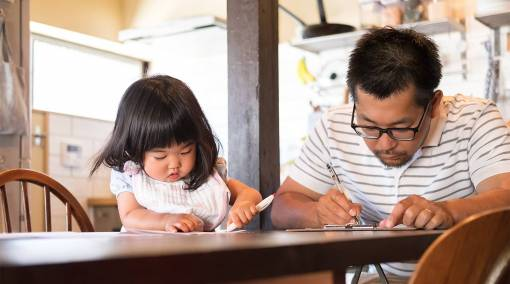 Tots--5-ways-to-help-your-left-handed-child-thrive-2